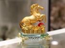 Ngựa vàng trên đế thuỷ tinh C109A