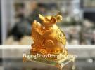 Chuột vàng ôm bắp trên đế thủy tinh TM019