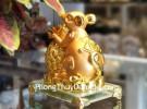 Chuột vàng ôm thơm trên đế thủy tinh TM020