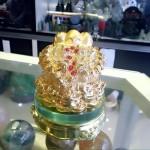 K147 150x150 Thiềm thừ vàng, đế thủy tinh K147M